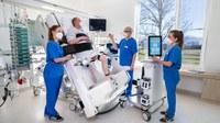 KI-gestütztes, vertikalisierbares Therapiebett im Einsatz auf Intensivstationen